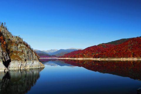 Lacul Vidraru toamna foto cosmin badea